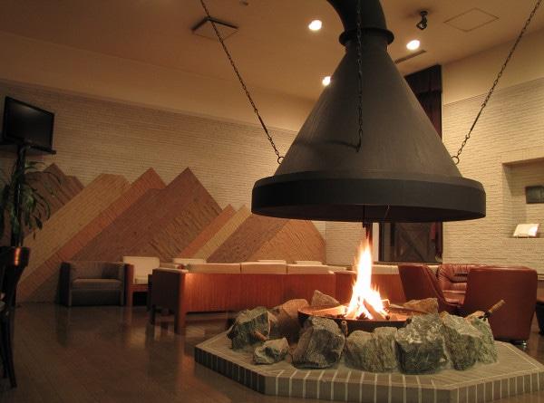 ホテルエーデルヴェルメ ラウンジには大きな暖炉