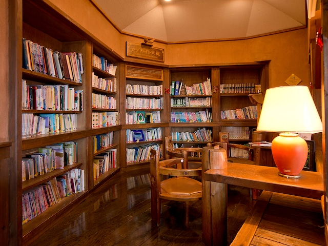 レゾネイトクラブくじゅう ホテル内観・図書コーナー