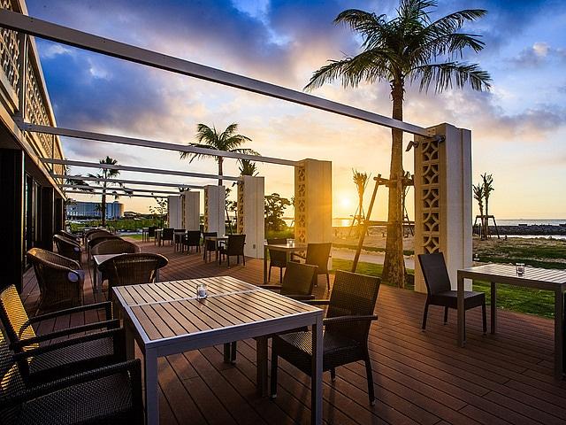 シェラトン沖縄サンマリーナリゾート ホテルから見るサンセットの風景