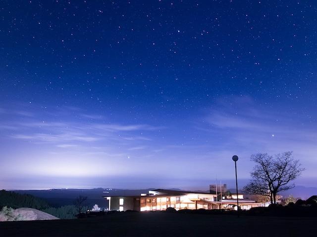 黒川温泉 瀬の本高原ホテル 夜の外観と星空
