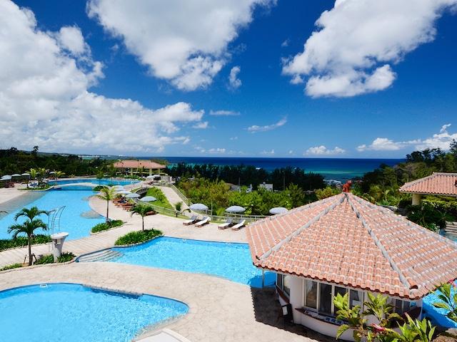 オキナワマリオットリゾート&スパ 沖縄県最大規模を誇る全長170mの屋外プール(宿泊者無料)