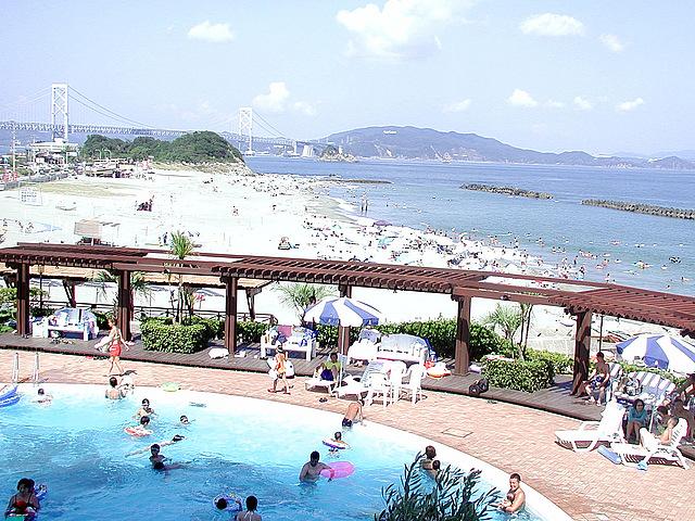 プールとビーチと大鳴門橋横