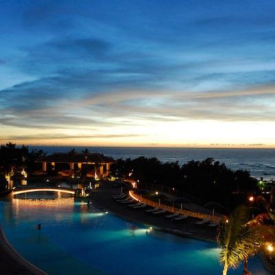 泳げるナイトプールのある沖縄リゾートホテルイメージ
