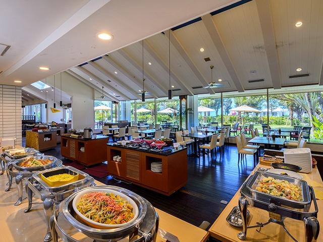 オクマ プライベートビーチ & リゾート 朝食会場一例