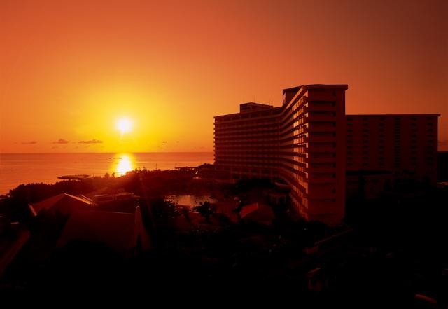 ロイヤルホテル 沖縄残波岬 外観 夕日