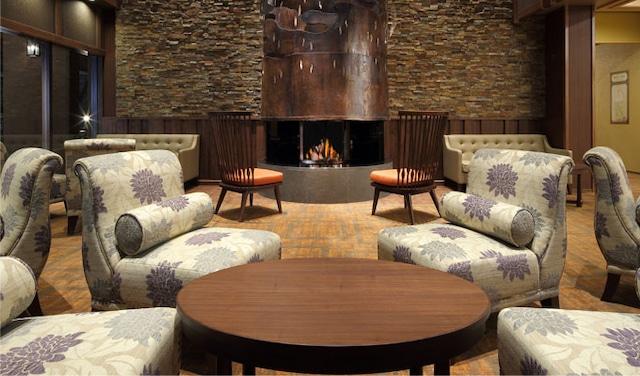 ホテル万惣 暖炉をイメージしたラウンジ
