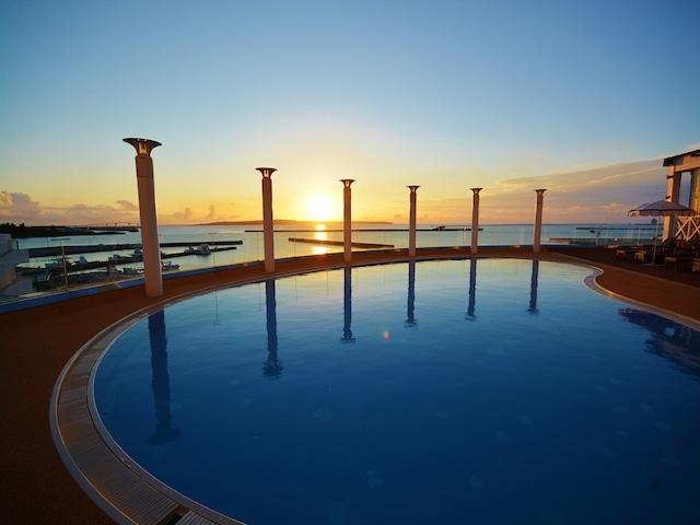 ホテルアトールエメラルド宮古島 プールと夕日