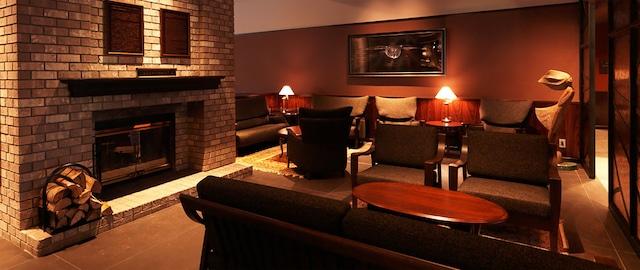 函館大沼 鶴雅リゾートエプイ ゆったりとしたソファと暖炉がある、あたたかみのある空間