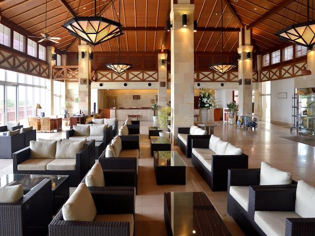 カヌチャベイホテル&ヴィラズ 広大なリゾートへの入り口がこのフロントです!