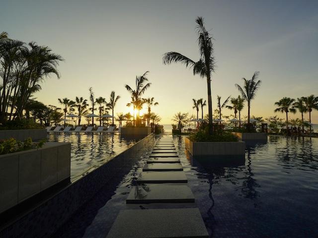 フサキビーチリゾートホテル&ヴィラズ プール越しにきれいな夕日