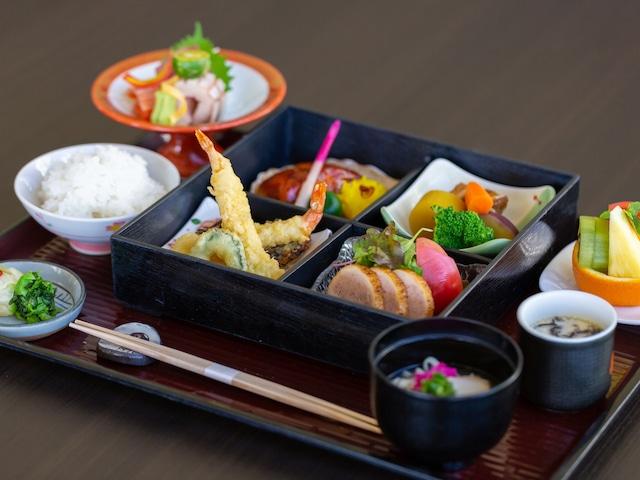 オクマ プライベートビーチ & リゾート 夕食会場 いじゅ(和定食)